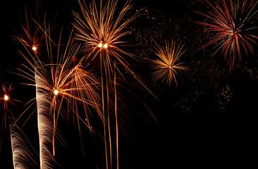 Feuerwerk bei Nacht mit Textfreiraum
