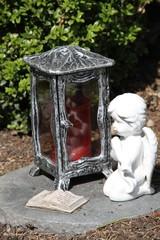 Engel mit Kerze und Trauerspuch auf einem Grab