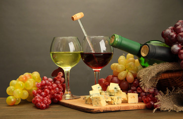 Composition with wine, blue cheese and grape