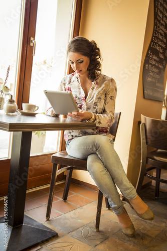 h bsche br nette frau mit i pad im kaffee stockfotos und lizenzfreie bilder auf. Black Bedroom Furniture Sets. Home Design Ideas