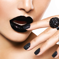 Fotobehang Fashion Lips Trendy Black Caviar Manicure and Black Lips. Fashion Makeup