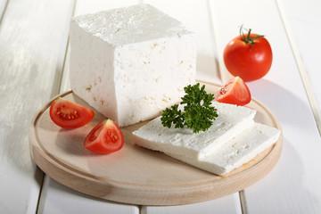 formaggio feta su tagliere con pomodori