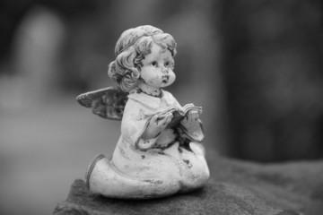 Trauer - Betender Engel auf Grabstein