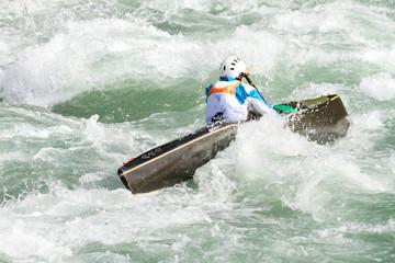 Fototapete - rapide con canoa