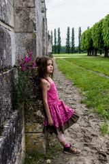 Fillette contre le mur du Château de Chambord