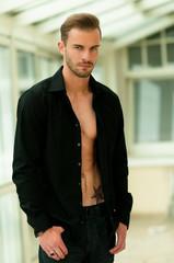 Mann im schwarzen Hemd offen