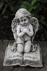 Dekoration In Stillem Gedenken mit Engel auf einem Grab