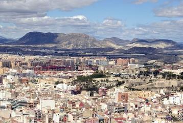 ciudad rodeada de montaña 1