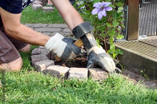 Pflastersteine werden im garten um beet gestetzt stockfotos und lizenzfreie bilder auf fotolia - Garten beeteinfassung ...