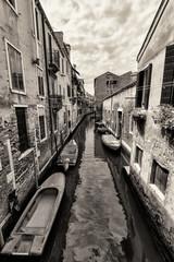 Szeroki kąt strzału ulic i kanałów w Wenecji - 53928047