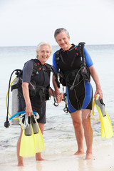 Door stickers Diving Senior Couple With Scuba Diving Equipment Enjoying Holiday