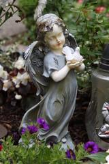 Trauer - Engel mit weißer Taube in den Händen