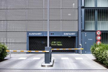 Parkhaus Einfahrt und Ausfahrt mit Schranke