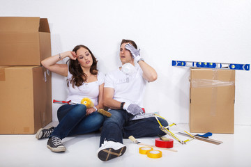 Junges Paar beim renovieren