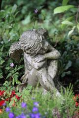 Ruhender Engel zwischen Blumen