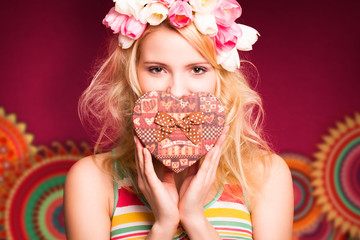 attraktive glückliche junge Frau mit Geschenkbox