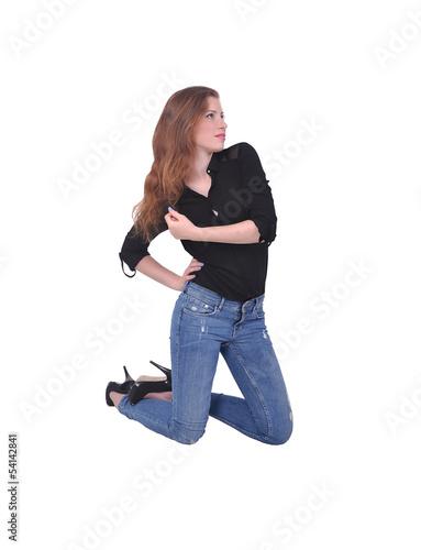 Девушка на кровати на коленях