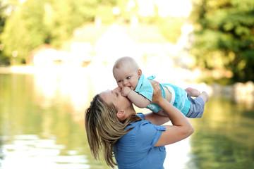 Fototapeta Matka bawi się z dzieckiem. obraz