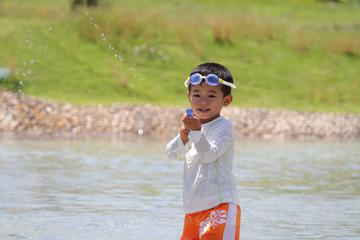 水鉄砲で遊ぶ幼児(3歳児)