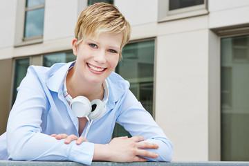 Junge Frau mit Kopfhörer unterwegs