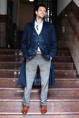 Mann im Mantel auf Treppe