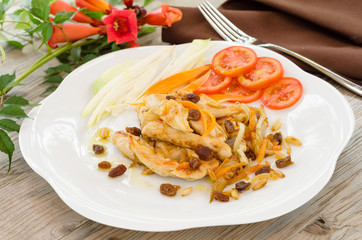 Pollo fritto condito con carota,uva passa e pinoli