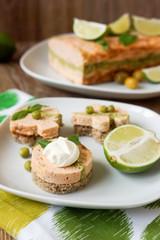 Канапэ с террином из лосося, зеленого горошка и брокколи