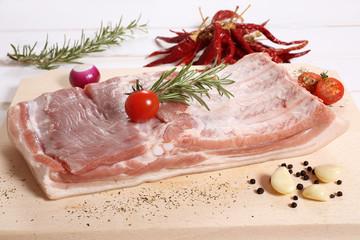 carne petto di maiale  sfond legno bianco
