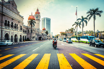 Poster de jardin Kuala Lumpur Road in front of Sultan Abdul Samad Building In Malaysia