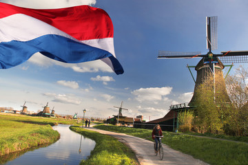 Windmills with flag of Holland in Zaanse Schans Fototapete