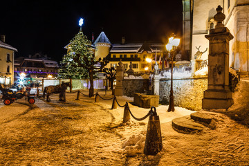 Fotomurales - Illuminated Christmas Tree on Central Square of Megeve in French
