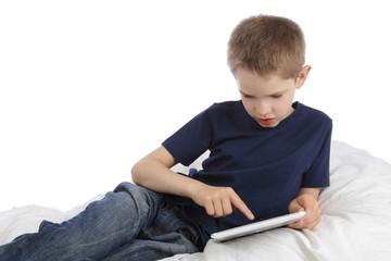 enfant garçon 10 ans utilisant tablette