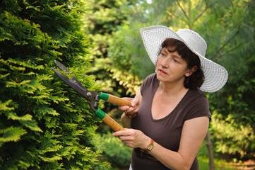 Fototapeta Female gardener in white hat obraz