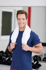 lächelnder mann im fitnessstudio