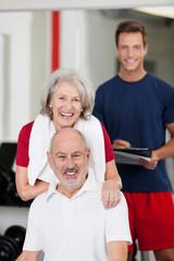 älteres paar mit fitnesstrainer