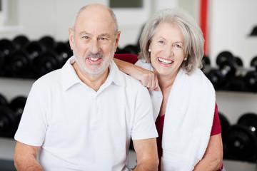 lachendes älteres paar im sportstudio