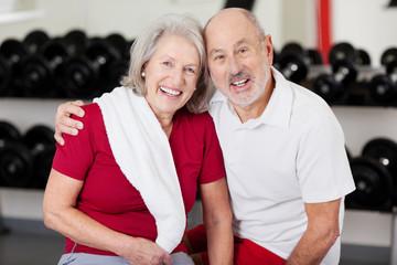 lachendes älteres paar im fitnessstudio