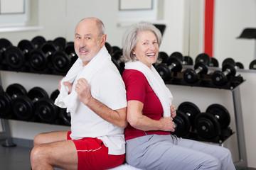 älteres paar trainiert im fitnessstudio
