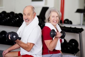 älteres paar trainiert mit hanteln