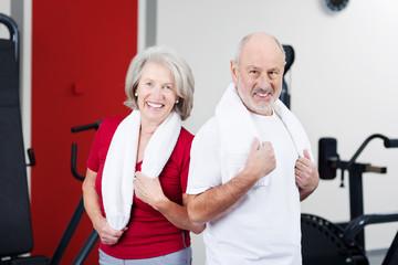 älteres paar beim fitnesstraining