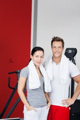 Junges Paar im Fitnessstudio