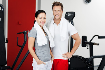 sportliches paar im fitnessstudio