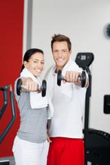 sportliches paar mit gewichten