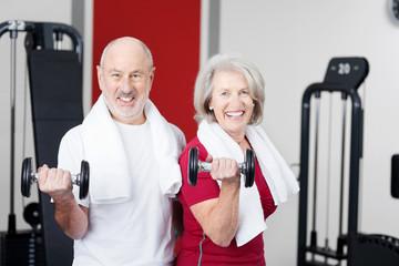 zwei senioren trainieren mit gewichten