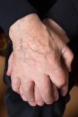 Hände eines Senioren