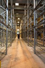 scaffali vuoti in magazzino