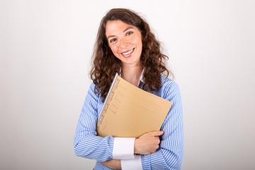 Die junge Geschäftsfrau hält eine Akte in den Händen