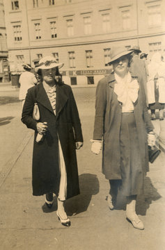 two women in the city - circa 1940