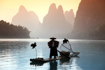 Photo sur cadre textile Guilin YANGSHUO - JUNE 18: Chinese man fishing with cormorants birds in