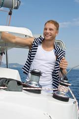 Der Kapitän - Segler - junger Mann beim Segeln
